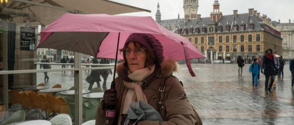 femme sous un parapluie