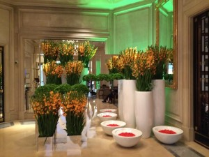 Hôtel Georges V. Hall. Fleurs.