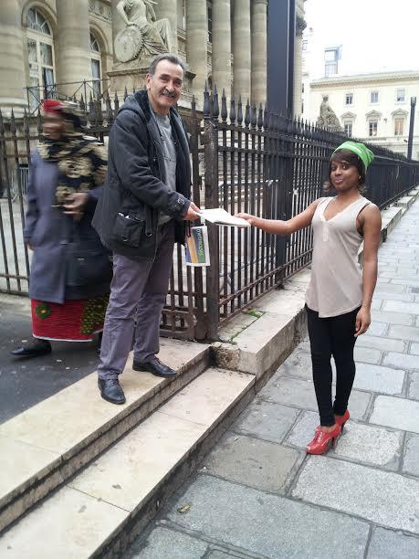 Kadia et les passants Place de la Bourse.