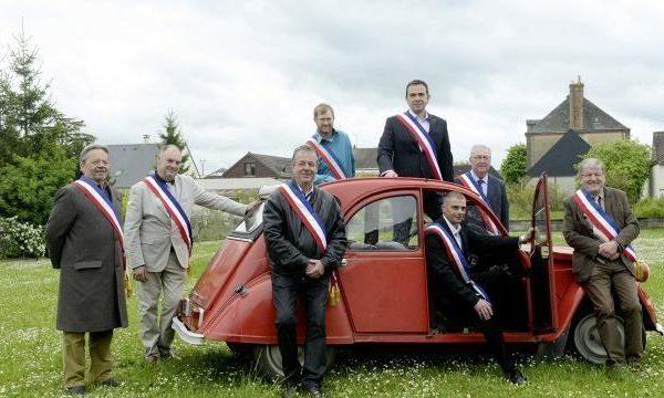 Sarthe ; les élus posent en 2 CV .