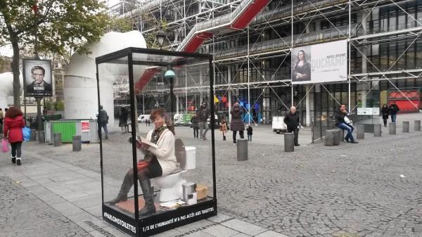 WC transparents esplanade Musée Pompidou.
