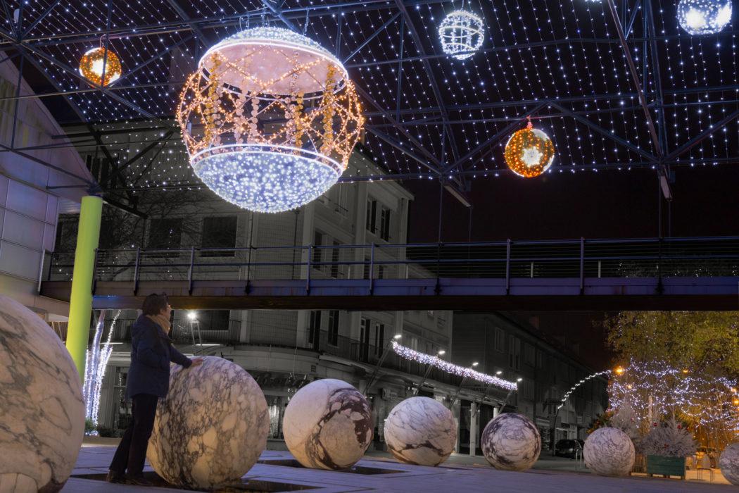 """Jeux de boules, boules à demeures en marbre au sol, boules éphémères de Noël suspendues. lieu dit du Paquebot à St Nazaire en Loire Atlantique Lisa 8 ans souhaitait sous le sapin un """"tableau"""", traduire une photo de son papa dans un cadre.  Ce qu'elle préfère ? c'est la grosse boule lumineuse ...."""
