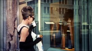 Robe noire.Audrey Hepburn. Diamants sur canapé.