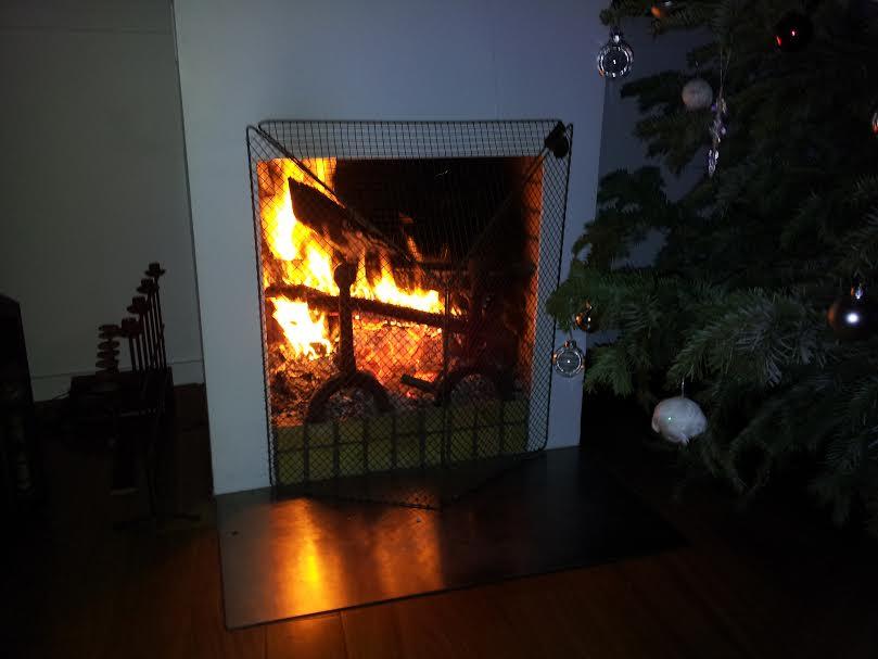 feu de cheminée. Près de l'arbre de Noel
