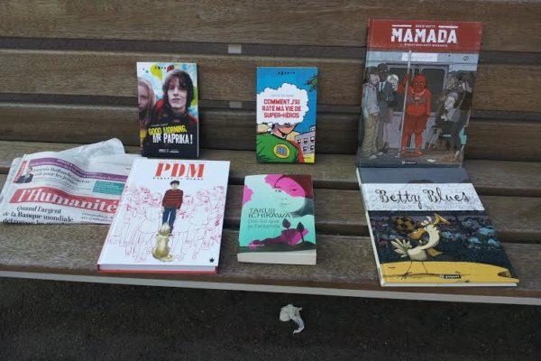 livres sur un banc.