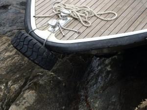 Lac Majeur Italie. Bateau posé sur un rocher. Crédit : la Femme Qui Marche.