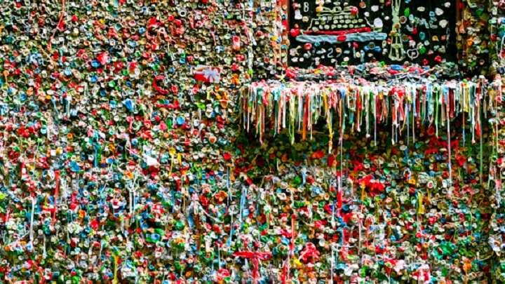 Seattle nettoie son mur de chewing gums la femme qui marche - Comment enlever du chewing gum sur du tissu ...