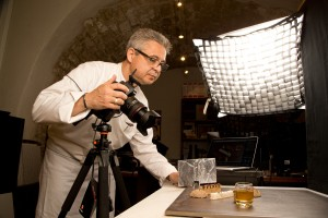 """Jean-Michel Lorain Photographie lui-même ses recettes publiées dans son livre """"Saga & Gourmandise."""
