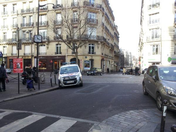 Rue de la Pompe et Av Vicor Hugo. Stationnement police.