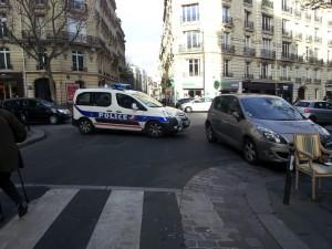Rue de la Pompe. Les policiers repartent....