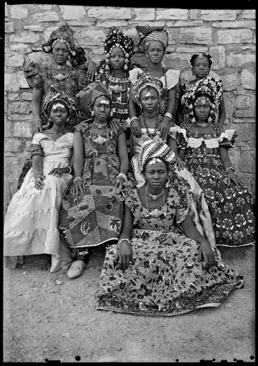 Seydou Keïta. Grand Palais. Femmes en habit.