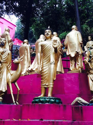 debout. Monastère des dix mille bouddhas.