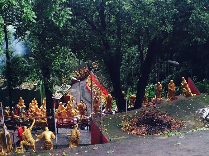 descente. Monastère des dix mille bouddhas.