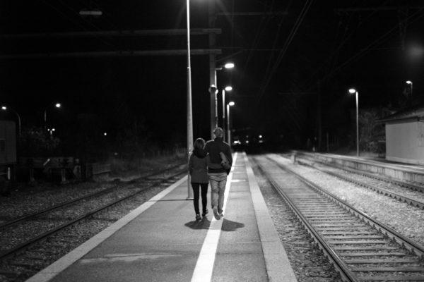coupLe sur le quai de la gare.
