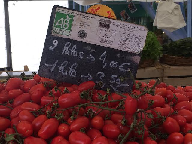 Marché d'Aligre. Tomates bio. marché le moins cher de Paris.