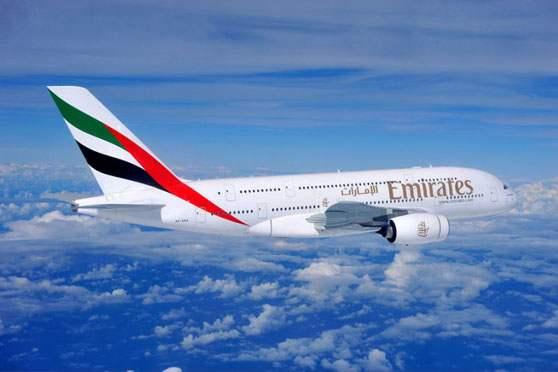 avion Emirates. la femme qui marche.