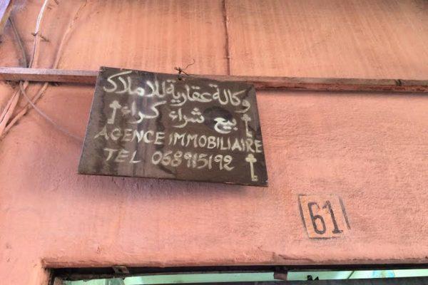 marrakech-medina-agence-immobiliere. La Femme Qui Marche.