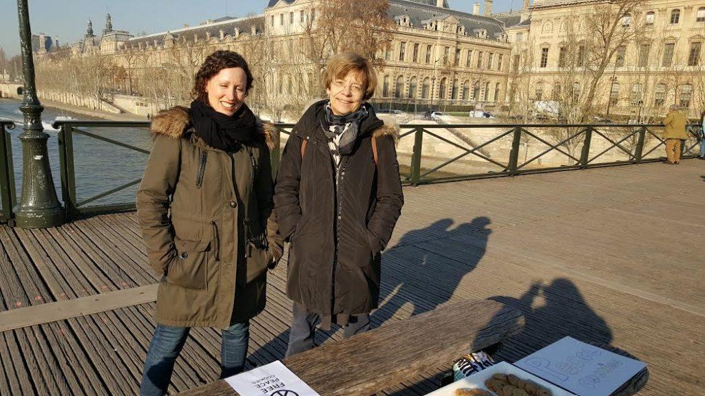 Jennifer à gauche. Le Pont des Arts. La Femme Qui Marche.