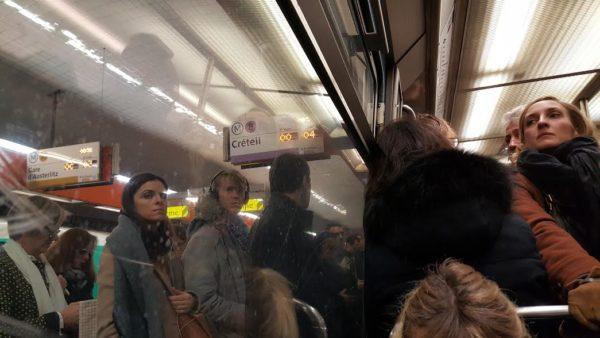 metro-bonde-la-motte-picquet-grenelle-la-femme-qui-marche