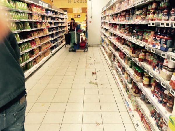 Auchan. Serpliière et détritus.