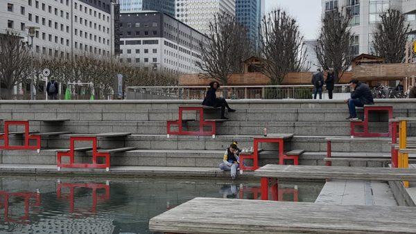 esplanade de la Défense. Tables sur l'eau.