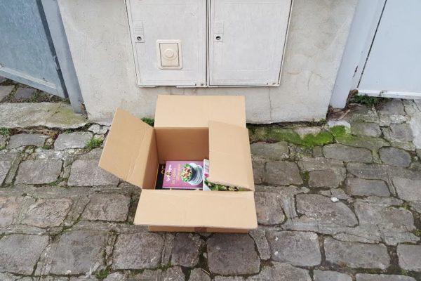 livres sur le trottoir.