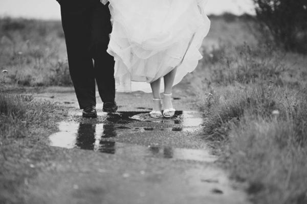 inspiration-mariage-sous-la-pluie-reflet-flaque