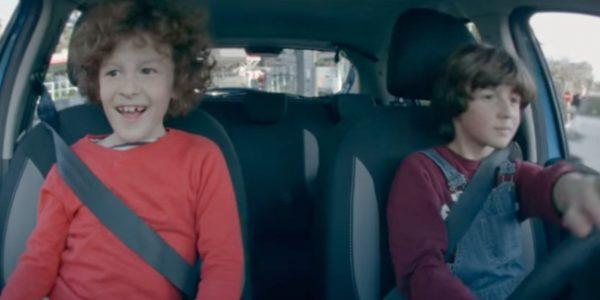 Dacia-met-enfants-volant-ses-ans-T