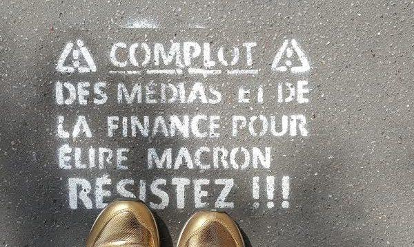 macron sur les trottoirs parisiens.