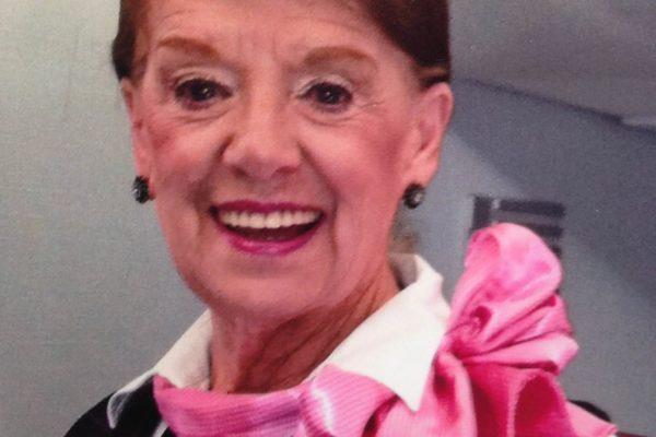 à 81 ans, bette nash est toujours hôtesse de l'air à american arlines. Bravo !