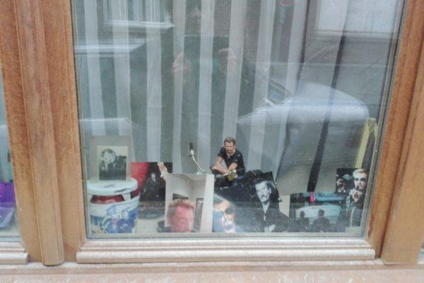Roubaix : johnny hallyday dans une vitrine.