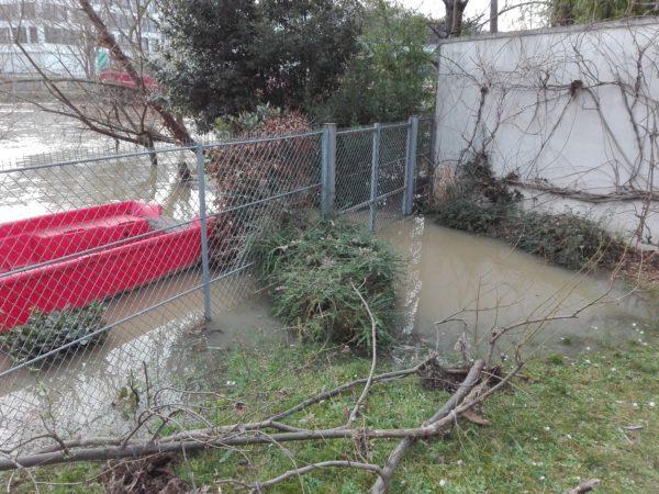 Seine. Inondations. Issy. La Femme QUI mARCHE