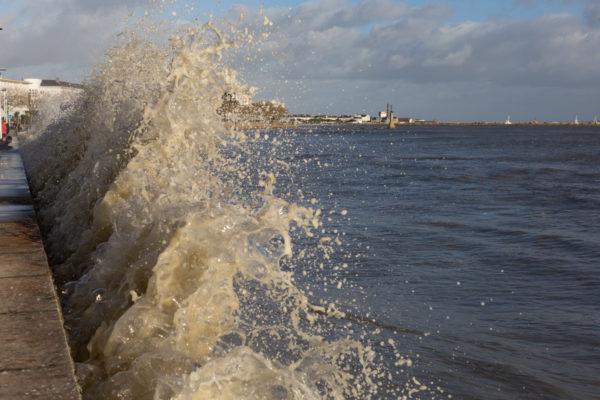 En cet après midi du 1er jour de 2018, les vents se sont calmés, il reste une mer à marée haute à fort coefficient, une mer houleuse résultat de la tempête Carmen.  Les enfants s'en sont donnés à coeur joie même si certains ont été surpris de cette eau qui passait le parapet de la promenade du front de mer. C'était magnifique.