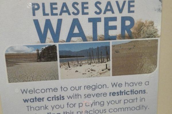 sécheresse. cape town. le cap en afrique du sud. on ne tire plus la chasse et on se douche avec 3 litres.