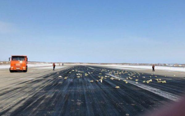 lingots métal précieux sur piste aéroport sibérie