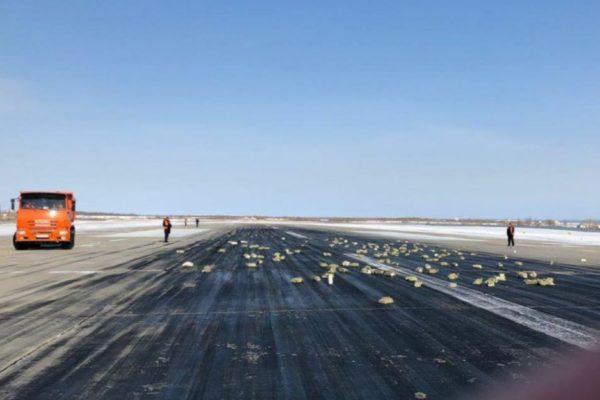 lingots de métal précieux sur la piste de l'aéroport de iakoutsk en sibérie.