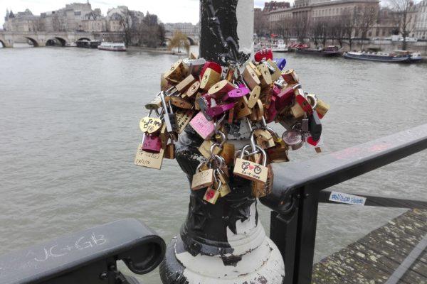 cadenas d'amour sur le pont des arts à paris : le retour ?