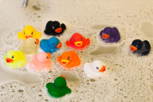 les dangers des canards qui flottent dans le bain.