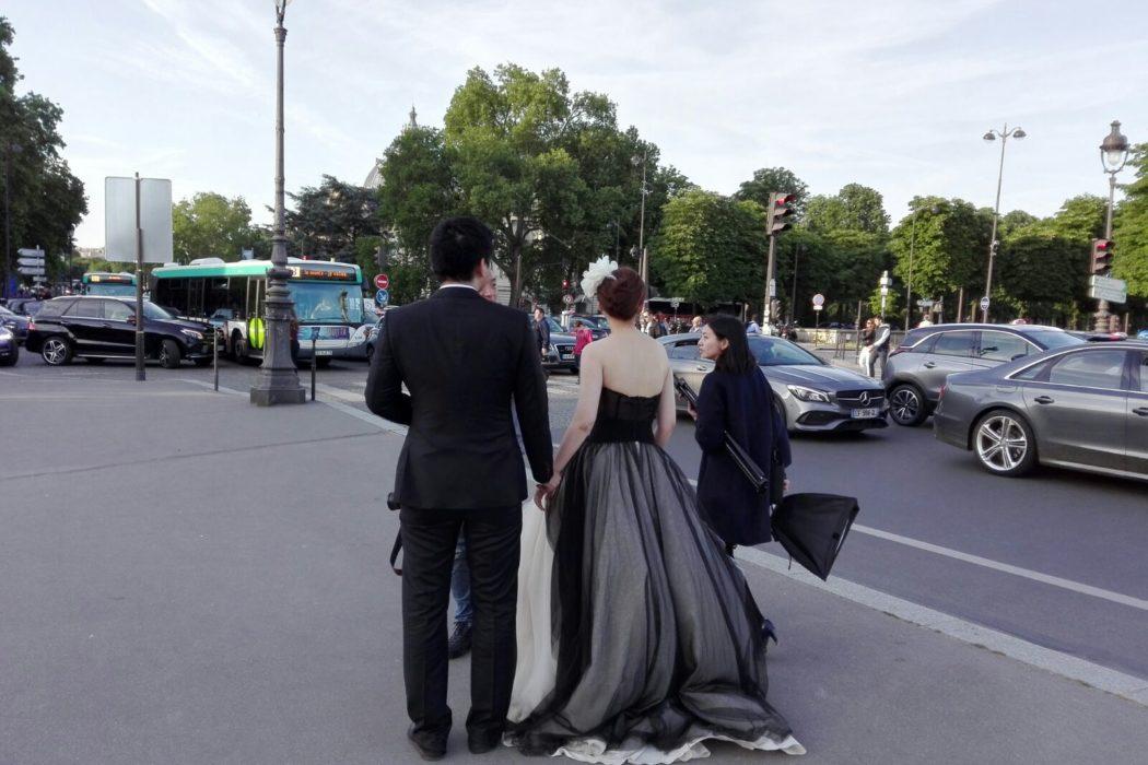 la mariée était en noir. La Femme Qui Marche. Pont des Invalides.