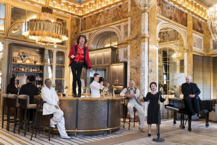 Les personnalités du musée Grevin au bar de l'hôtel de Crillon. De gauche à droite: - Henri Salvador, Mick Jagger, Edith Piaf, Ernest Hemingway et Charles Aznavour