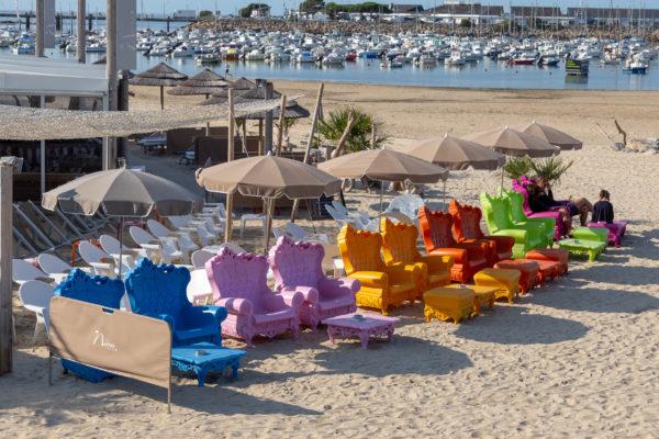 Ces touches de couleurs attirent l'oeil immanquablement dans un paysage plutôt dans les tons bleu, crème d'un bord de mer   La 1ère pensée fugace qui m'est venue à l'esprit a été de voir le repose pied rouge se mettant à gesticuler dans tous les sens.  Vous savez Sultan le chien dans la Belle et la Bête.  Et vous à quoi avez vous pensé ?  On doit cette idée originale de fauteuil baroque à la brasserie Nina à Pornichet.  C'était le début de ma ballade à pied de 18km qui me ramenait à St Nazaire par le front de mer, je ne pouvais pas commencer par un arrêt, alors je n'ai pas testé leur confort mais je pense qu'avec la vue sur la baie de La Baule ça doit être pas mal.