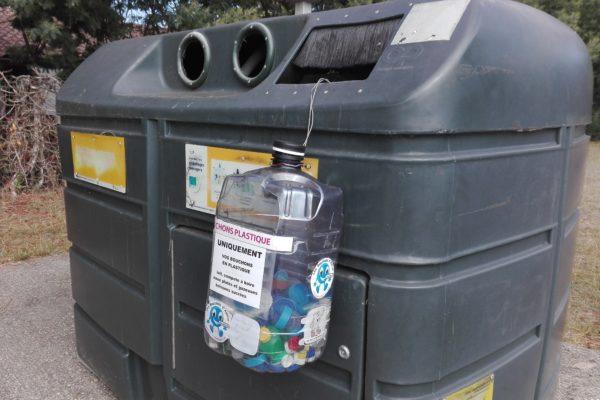 les bouchons d'amour. recyclage de bouchons en plastique de boisson. handicapés
