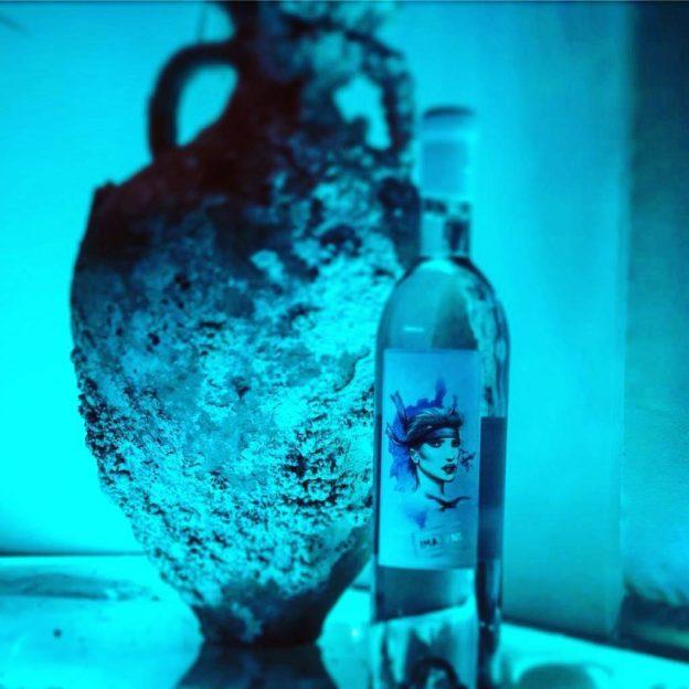 les bouteilles sont conservées pendant 6 mois à 70 m de profondeur sous l'eau.
