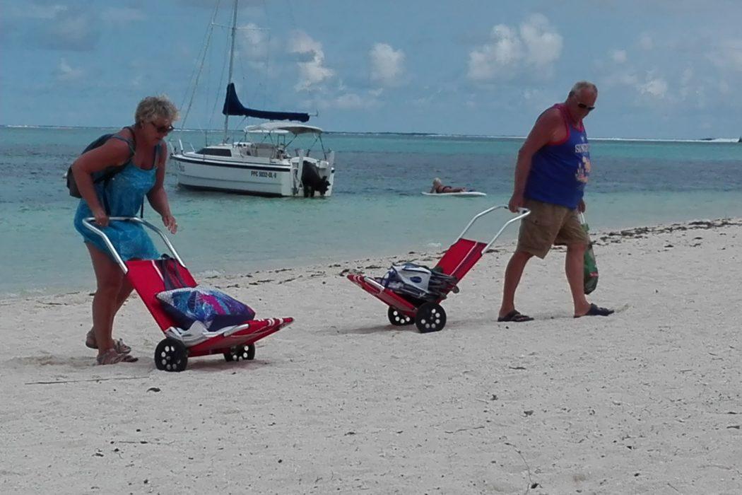 Pointe d'Esny. Maurice. Fautueil de plage à roulettes. La Femme Qui Marche.IMG_20181204_144508