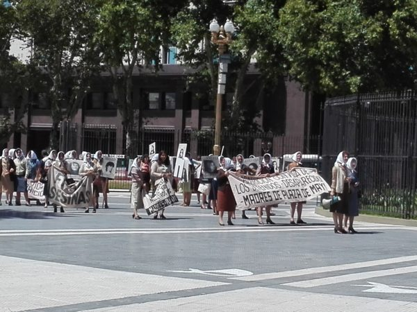 la Femme Qui Marche. Place de Mai. Buenos aires. Les méres de mai.IMG_20190216_121138 (1)