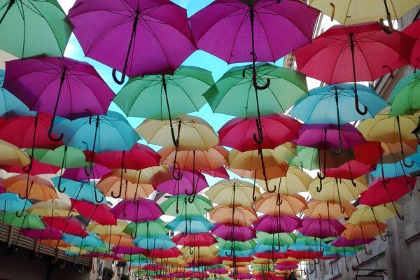 colorer la vie avec des parapluies multicolores. patricia cunha. village royal .