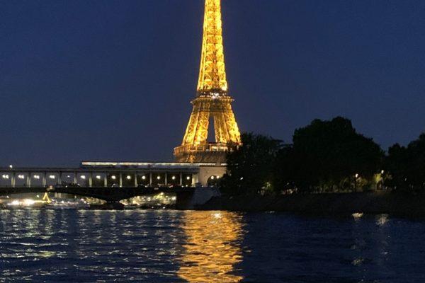tour eiffel. la seine. paris. un soir d'été indien.