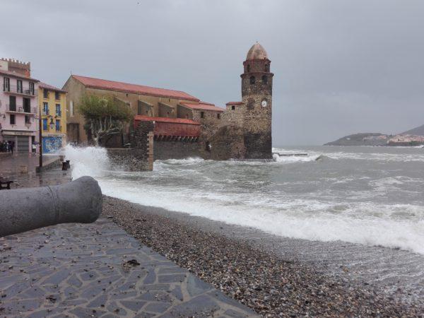 Collioure. tempête. BORD DE mer. La Femme Qui Marche.
