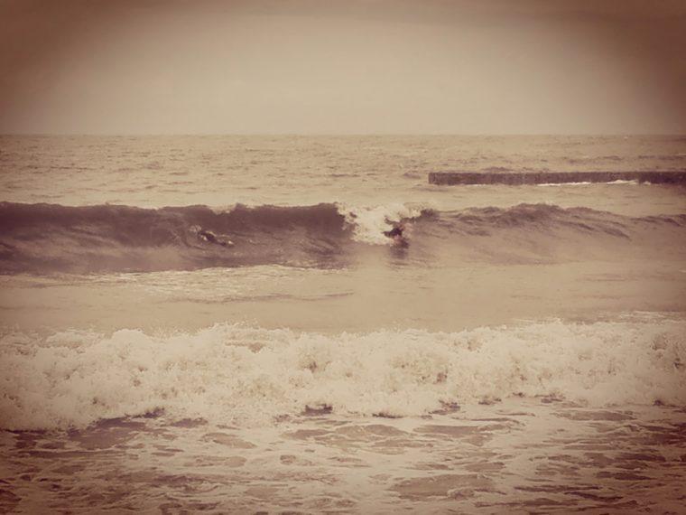 Collioure. Surfeurs. La Femme Qui Marche