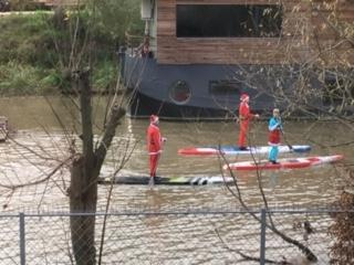 La femme Qui Marche. Père noël en paddle sur la Seine dans lîle st germain.